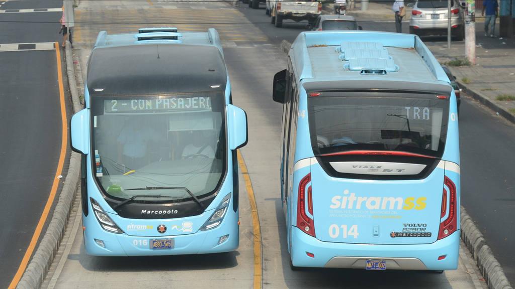 Buses del SITRAMSS, haciendo recorrido de prueba piloto en la Alameda Juan Pablo II.