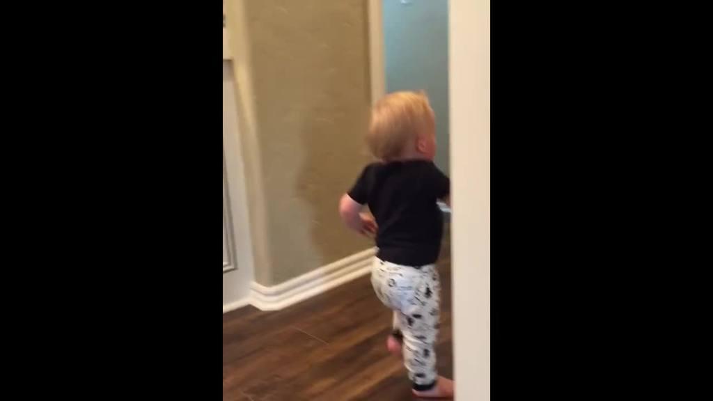 Niño es asustado por abuelo y se vuelve viral