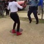 Policía detiene pelea de forma curiosa