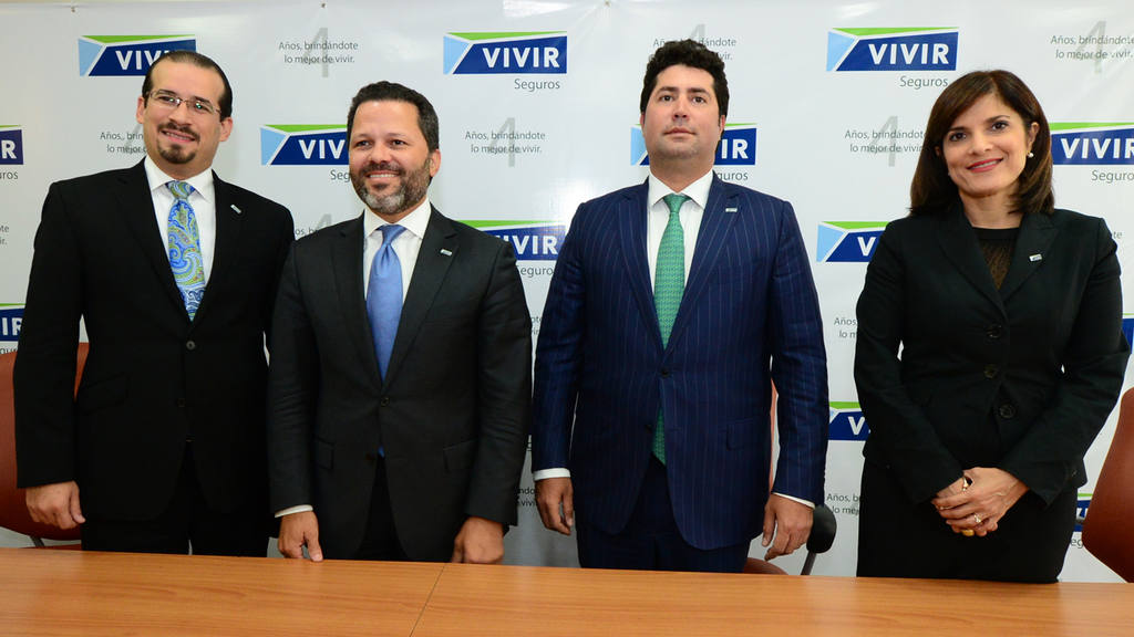 Los ejecutivos de Seguros Vivir anuncian los resultados de la firma.