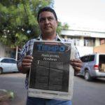 Un fotoperiodista de diario Tiempo muestra la portada donde se despide de sus lectores