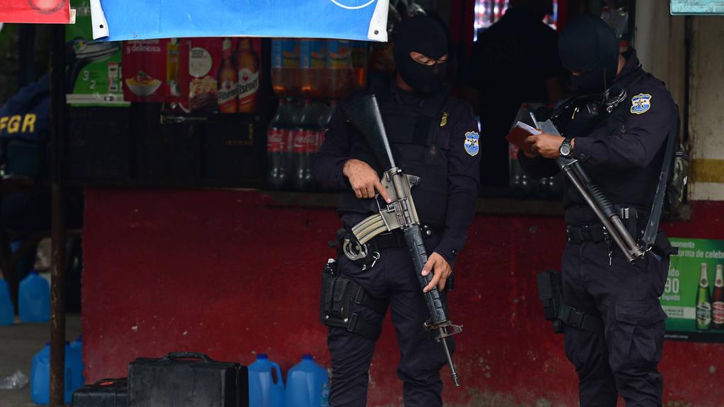 nspecciones Oculares de la Policía Nacional Civil (PNC), trabaja en escena de homicidio de una mujer en el caserío Petacones, Apopa