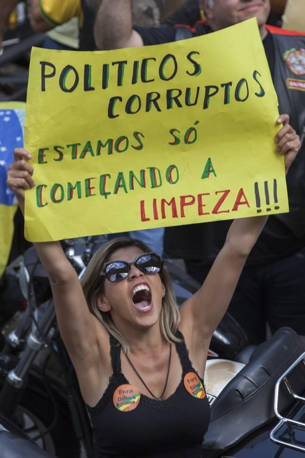 Una manifestante grita consignas durante una protesta contra el gobierno brasileño.