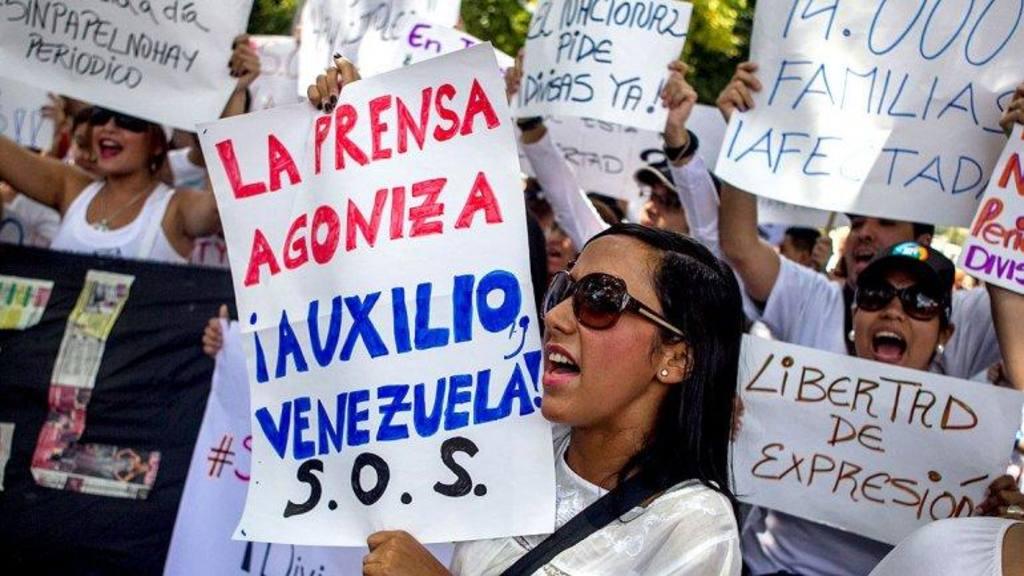 Periodistas durante un protestas a favor de la libre expresión en Venezuela.