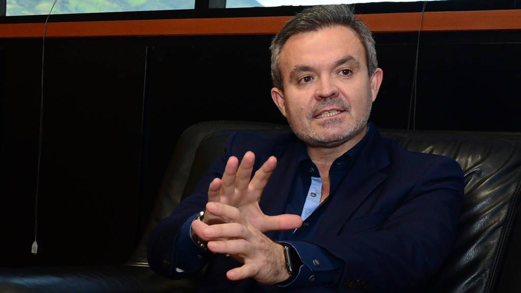 Juan Abellán, Director de Telefónica, dio a conocer algunos de los obstáculos que las empresas de telefonía atraviesan en El Salvador.