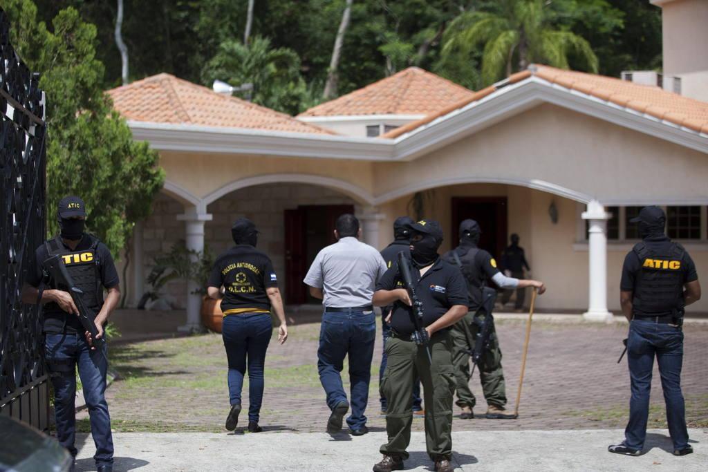 Policías y agentes de la Fiscalía Contra el Crimen Organizado aseguran una de las propiedades en San Pedro Sula.