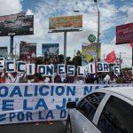 Opositores durante la protesta de ayer.