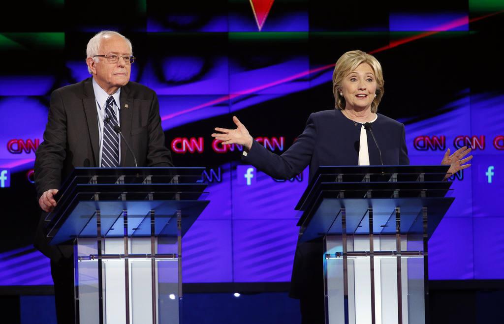 Hillary Rodham Clinton (der) y el senador Bernie Sanders
