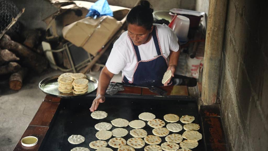 La falta de espacios adecuados para las cocinas y bodegas en donde almacenar adecuadamente los alimentos afecta el desarrollo del programa en las escuelas.