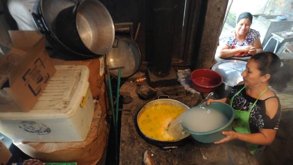 Las madres de familia deben aportar su tiempo para ayudar a las escuelas con la preparación de los alimentos, e incluso llevan desde sus casas otros ingredientes.