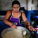 Yanira Santos es madre de dos alumnas del C.E. Talnique, cuando una madre no puede llegar a cocinar ella está dispuesta a cubrirla.