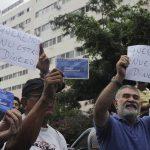 En Tegucigalpa, clientes del banco exigen que les devuelvan sus ahorros.