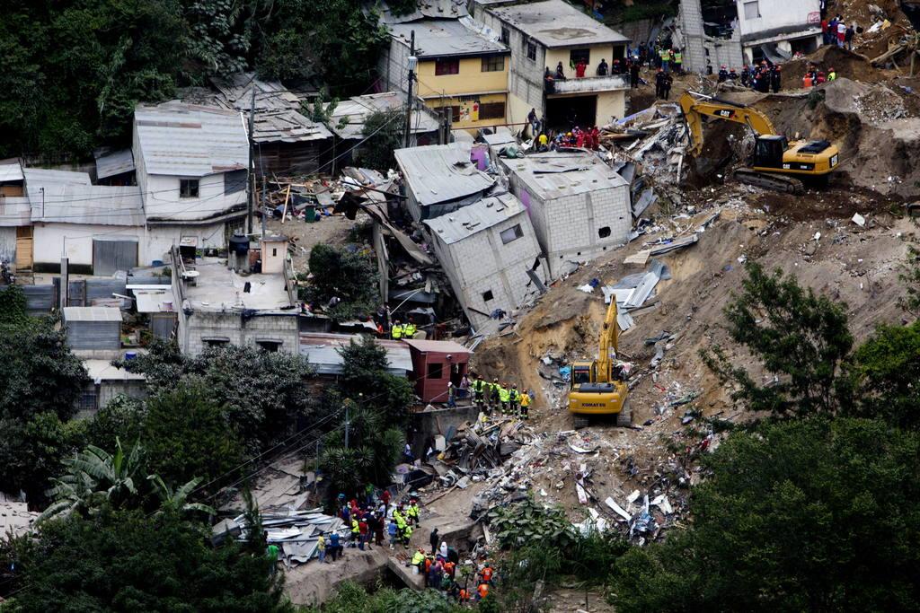 Vista general de un área devastada por un deslave en la colonia El Cambray II, municipio de Santa Catarina Pinula, en Guatemala.