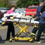 Una víctima del tiroteo en Roseburg es trasladada por socorristas.