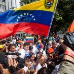 Lilian Tintori (c), esposa del líder opositor Leopoldo López, asiste a un acto de campaña ayer, en Caracas (Venezuela).