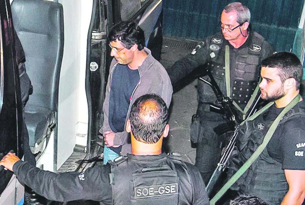El presidente del banco de inversión BTG, André Esteves  (centro), es trasladado por autoridades al presidio de Bangú, en Río de Janeiro.