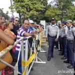 CIENTOS DE CUBANOS PROTESTAN EN EMBAJADA DE ECUADOR POR ANUNCIO SOBRE VISADOS