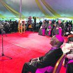 El Papa (der) en el encuentro de ayer con los líderes de todas las religiones, en la Escuela Santa María, en Nairobi.