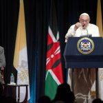 El Papa Francisco durante una conferencia de prensa a su llegada a Nairobi. A la izquierda, el presidente de Kenia, Uhuru Kenyatta.