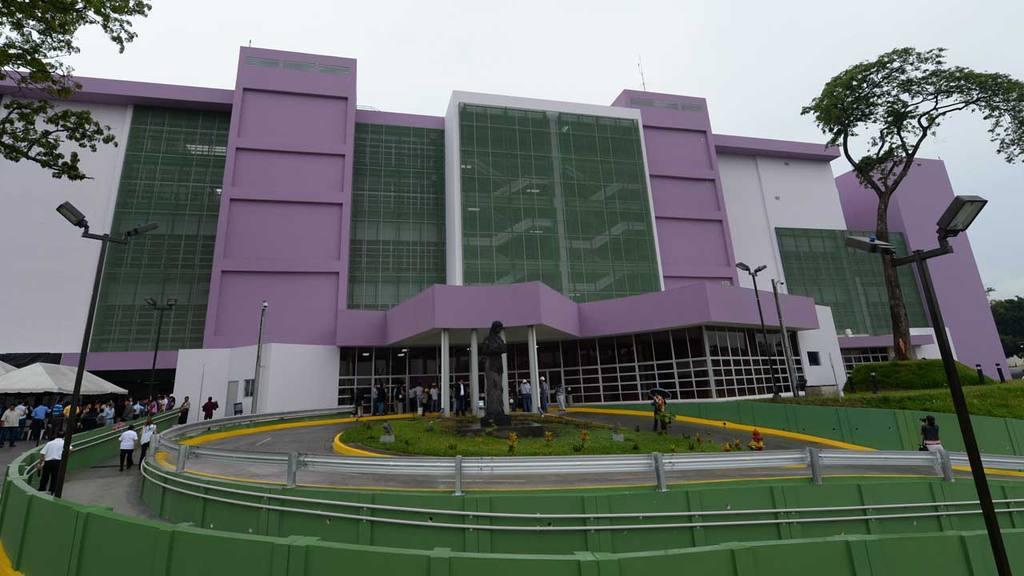 Inauguran el Hospital Nacional de la Mujer. El presidente Mauricio Funes, en compa??a de la ministra de educaci?n Mar?a Isabel Rodr?guez