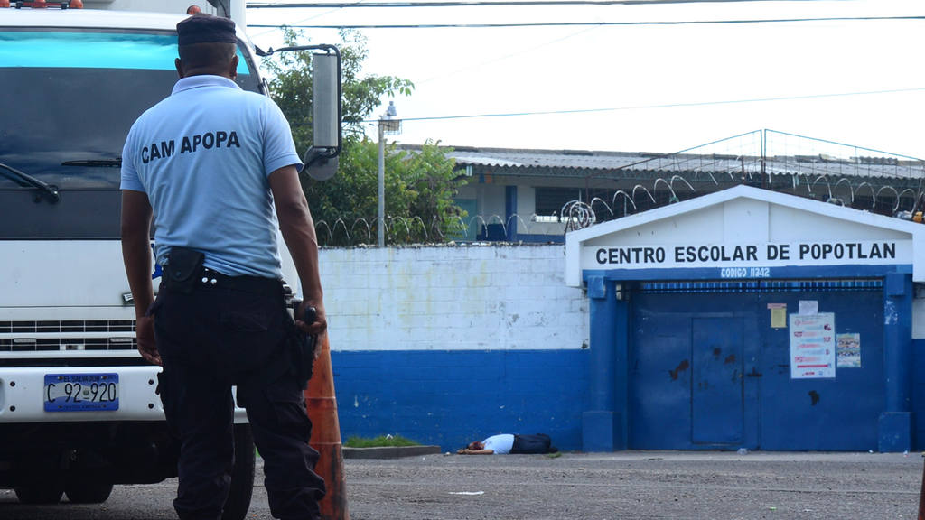 El agente del CAM de Apopa Reinaldo Mejia de 42 a?os fue asesinado por pandilleros cuando prestaba seguridad a empleados de la Alcaldia de esa misma localidad arreglandfo baches.