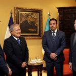 El presidente de El Salvador, Salvador Sánchez Cerén (c-i) y el gobernante electo de Guatemala Jimmy Morales (c-d).