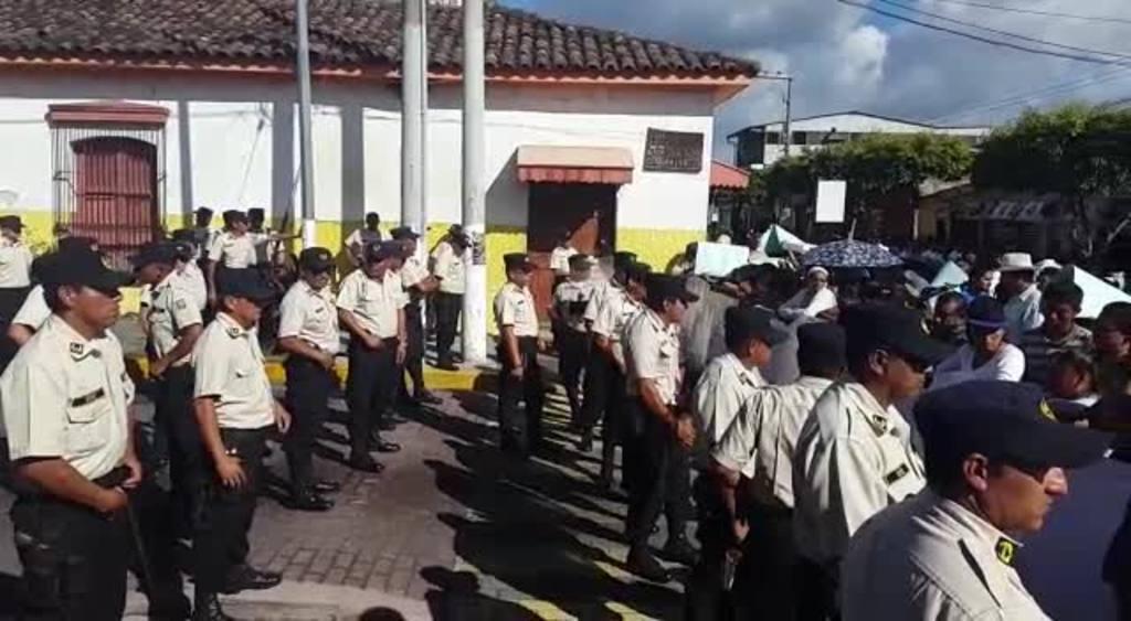Vendedores protestan en Santa Tecla tras desalojo