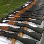 Entre las armas sustraídas de la bodega había varios fusiles de asalto y otros pertrechos.