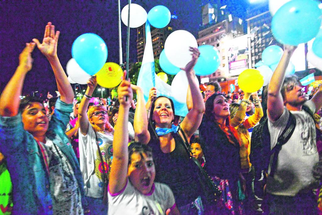 Seguidores del partido Cambiemos festejan la victoria de Mauricio Macri en las elecciones presidenciales en Argentina ayer.
