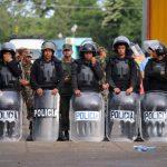 Miembros de la policía impiden el paso de inmigrantes cubanos hacia Nicaragua.