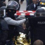 Policías trasladan a uno de los capturados ayer durante un operativo antiterrorista en Saint-Denis, cerca de París.