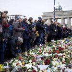 Decenas de personas en Berlín, Alemania, guardan un minuto de silencio por las víctimas de los atentados de París.