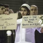 """""""El islam no es terrorismo"""" y """"El islam es como esta flor"""" rezan los mensajes que porta el joven de la foto."""