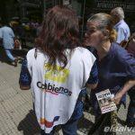 """Los militantes se juegan la campa?a electoral argentina """"puerta a puerta"""""""