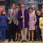 Gene Wilder (c) interpretó al excéntrico fabricante de dulces Willy Wonka, quien invitó a cinco ganadores con Boletos Dorados, que encontraron en sus barras de chocolate, para hacer un recorrido por su fábrica.