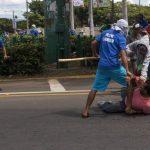 Un grupo de jóvenes ataca a un manifestante que exigía comicios transparentes.