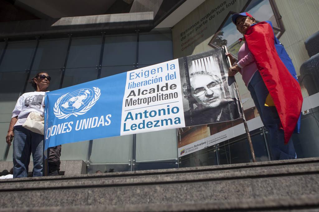 Un grupo de venezolanos protesta frente a la sede del Programa de las Naciones Unidas para el Desarrollo (PNUD) en Caracas (Venezuela).