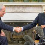Benjamin Netanyahu (iz), primer ministro de Israel, saluda al presidente de EE.UU., Barack Obama.