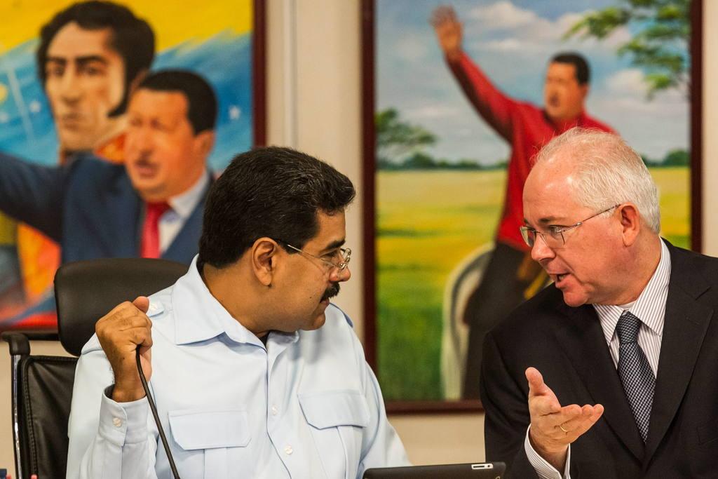 El gobernante de Venezuela, Nicolás Maduro (i), habla con el entonces ministro de energía y petróleo, Rafael Ramírez (der).