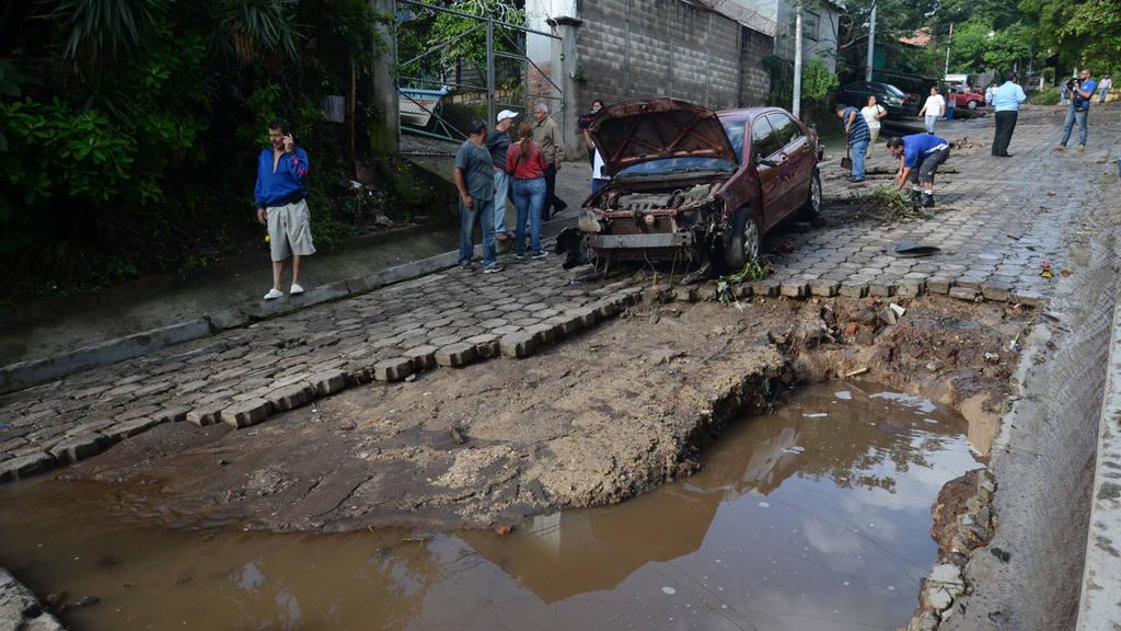 -La intensa lluvia procovÛ un deslave de lodo y otros sedimentos en la comunidad Las Lajas, de la Col. EscalÛn Norte