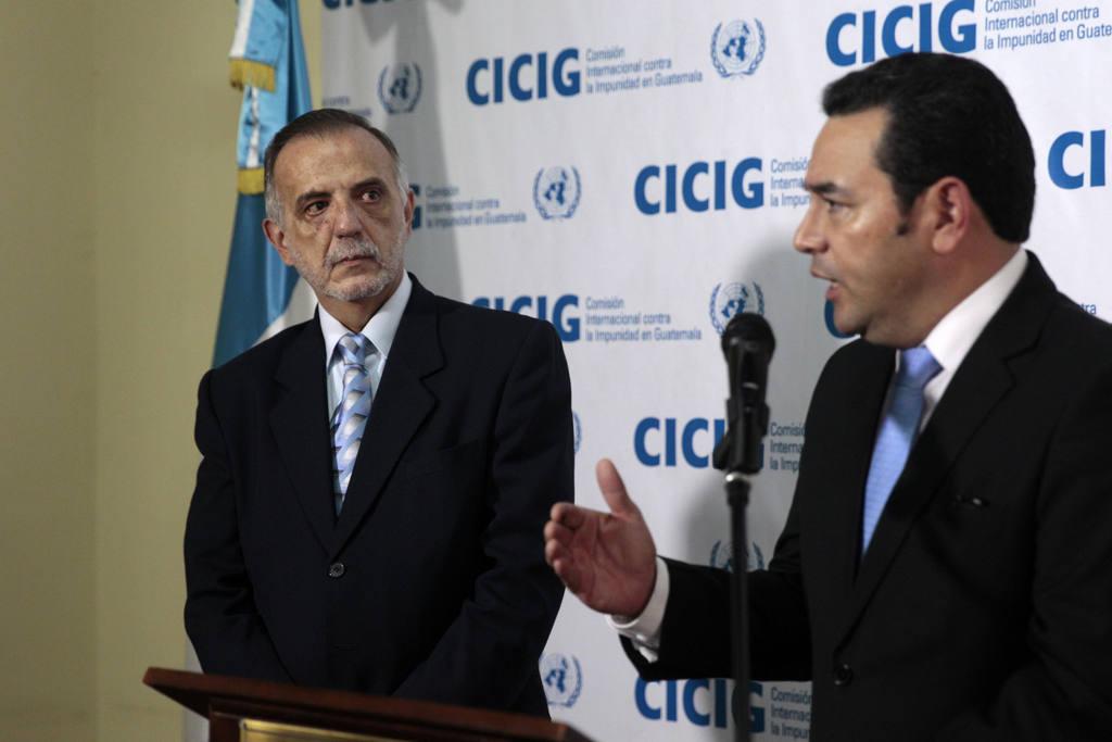 El presidente electo de Guatemala Jimmy Morales (d) y el jefe de la CICIG, Iván Velásquez (i).