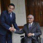 El presidente electo de Guatemala, Jimmy Morales (izq.), y el actual gobernante, Alejandro Maldonado.