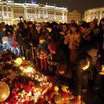 Rusos colocan flores y candelas en el altar en memoria de las víctimas del Metrojet Airbus A321 accidentado en el Sinaí, Egipto.