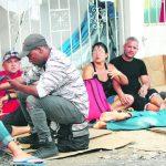 Cubanos descansan en Paso Canoas (Panamá), en cartones, a orillas de la calle y en albergues.