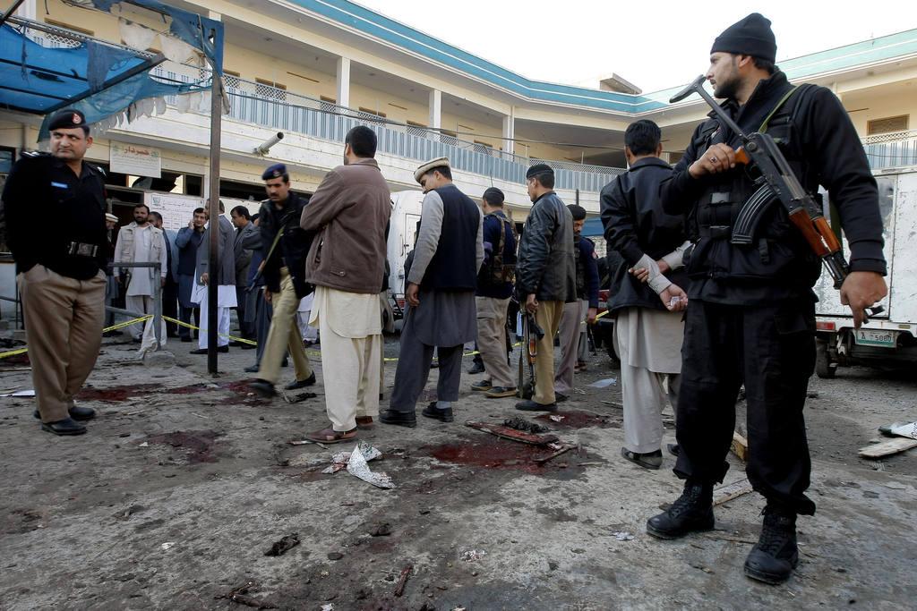Agentes paquistaníes examinan la zona del atentado.