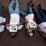 Manifestantes sostienen carteles con las estadísticas de las personas asesinadas en los 14 años del gobierno chavista, en Caracas, Venezuela, el viernes 7 de marzo de 2014.