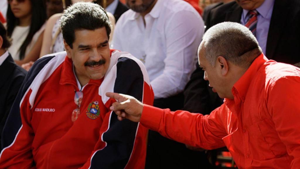 El gobernante venezolano, Nicolás Maduro (izq) junto al saliente jefe de la Asamblea, Diosdado Cabello.