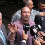El dirigente kirchnerista Martín Sabbatella (c) se niega a dimitir como titular del ente regulador de medios audiovisuales.