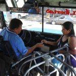 Las usuarios siguen cancelando su pasaje en efectivo al momento de movilizarse en transporte colectivo fotos edh / Lisseth monterrosa