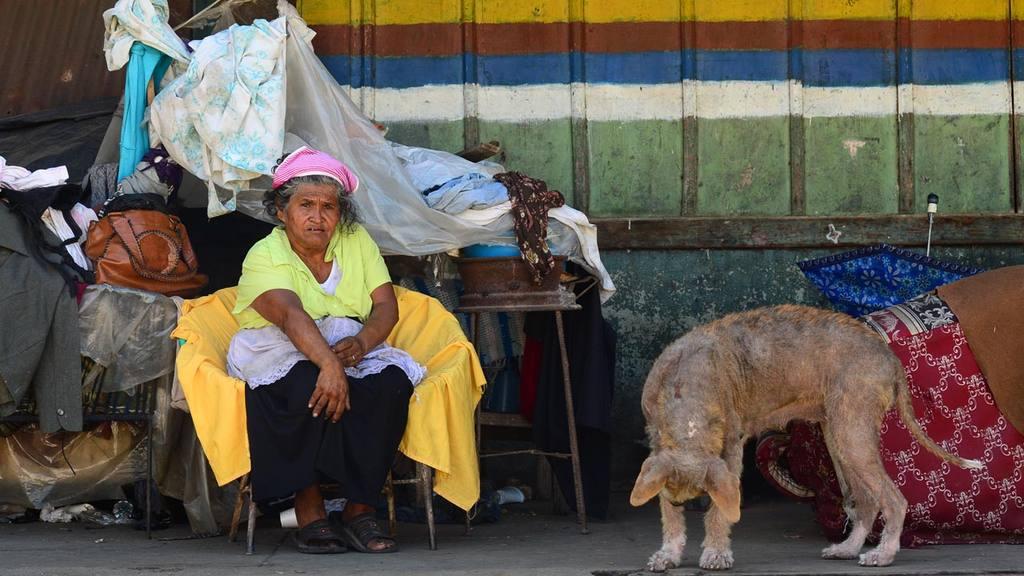 Desde hace más de 50 años la familia González considera su hogar a  la estación del tren en Quezaltepeque. Foto edh / Omar Carbonero